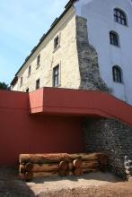 Az Árpád-kori védősánc faszerkezetének rekonsrukciója. Fölötte metszetben a 14. századi belső városfal (1340 körül már állt...).(Fotó: Gömöri J. 2020. júl. 14).